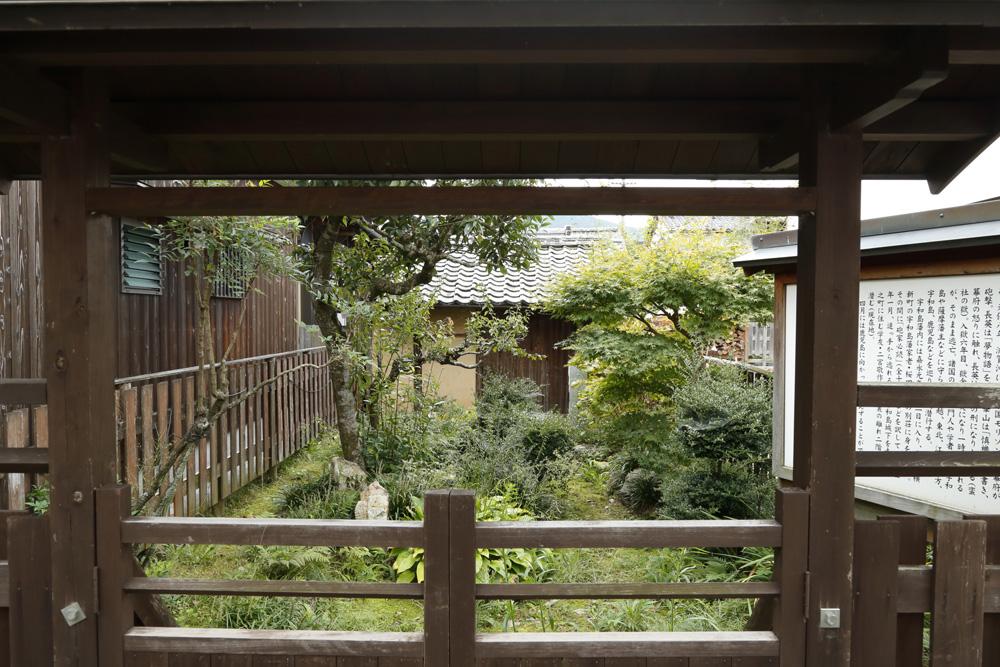 建物内部から内庭を望む