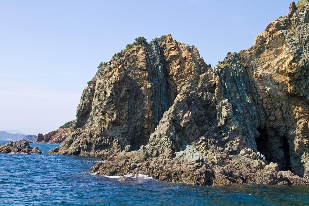 海からみた垂直にそびえ立つ岩壁