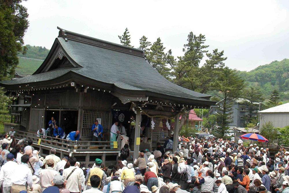 多くの人が訪れる龍王神社の春の大祭