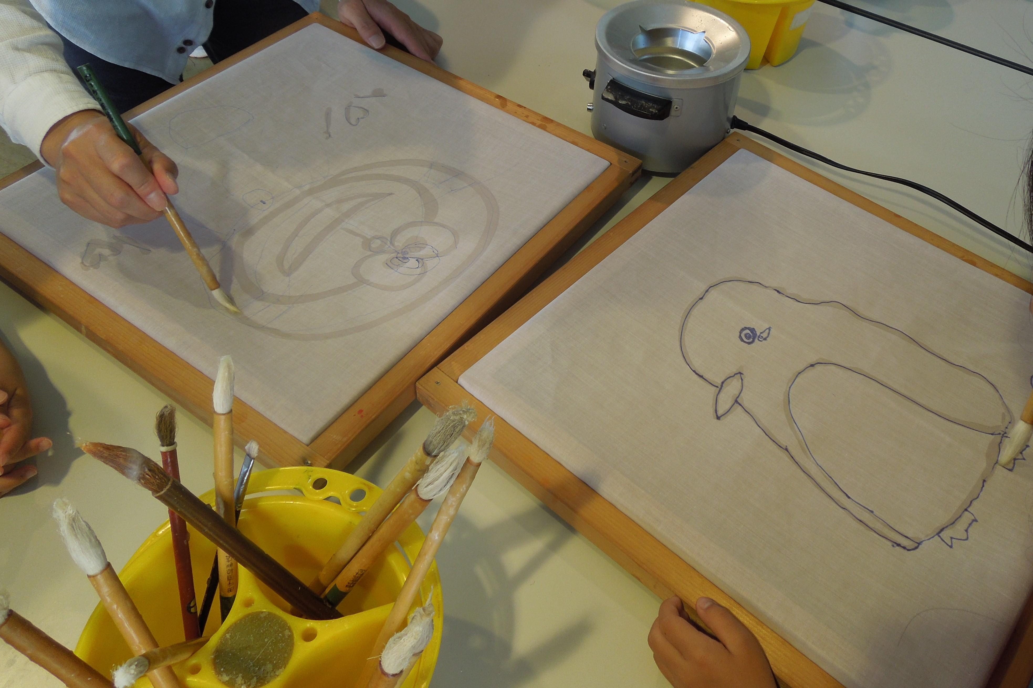 ロウで絵をかきます