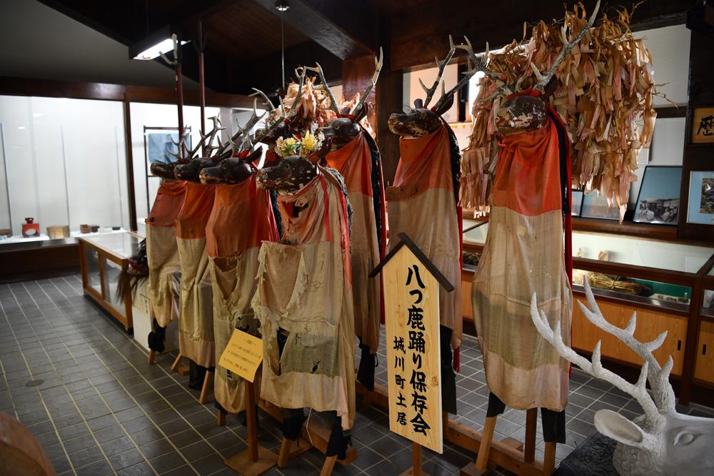 展示されている八ツ鹿踊りの衣装