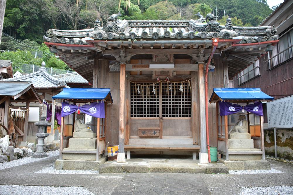 若宮神社と両端に並ぶ2体の狛犬