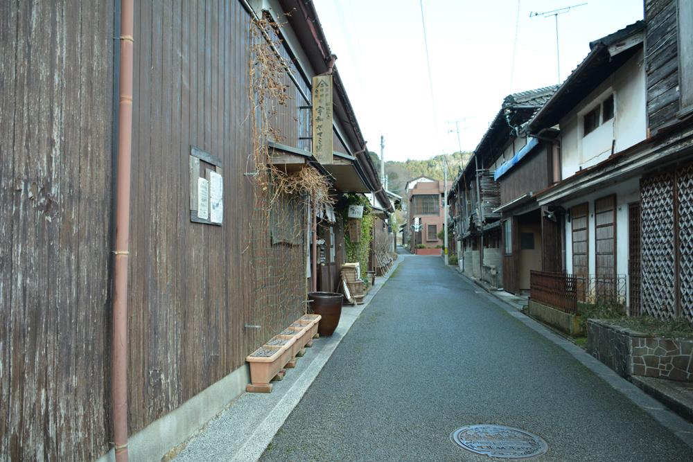 旧商家の建物が立ち並ぶ