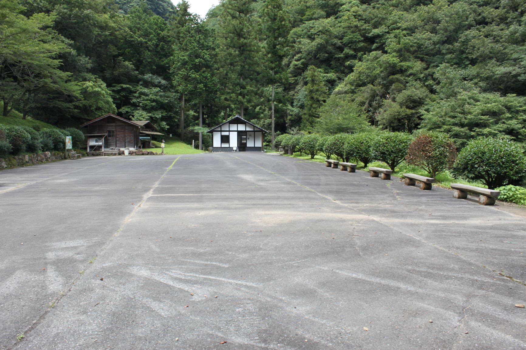 広い駐車場(トイレあり)