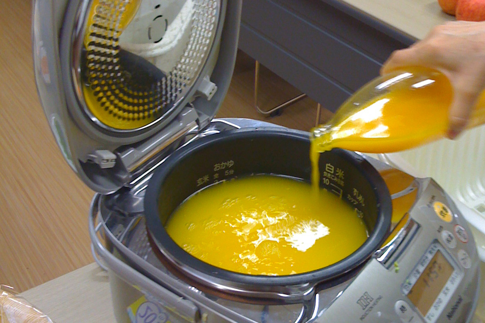 皮ごとしぼった温州ミカンジュースとダシを入れて炊き上げます。