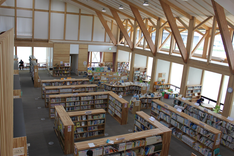 図書館2階から撮影(2階にもたくさんの本があります)