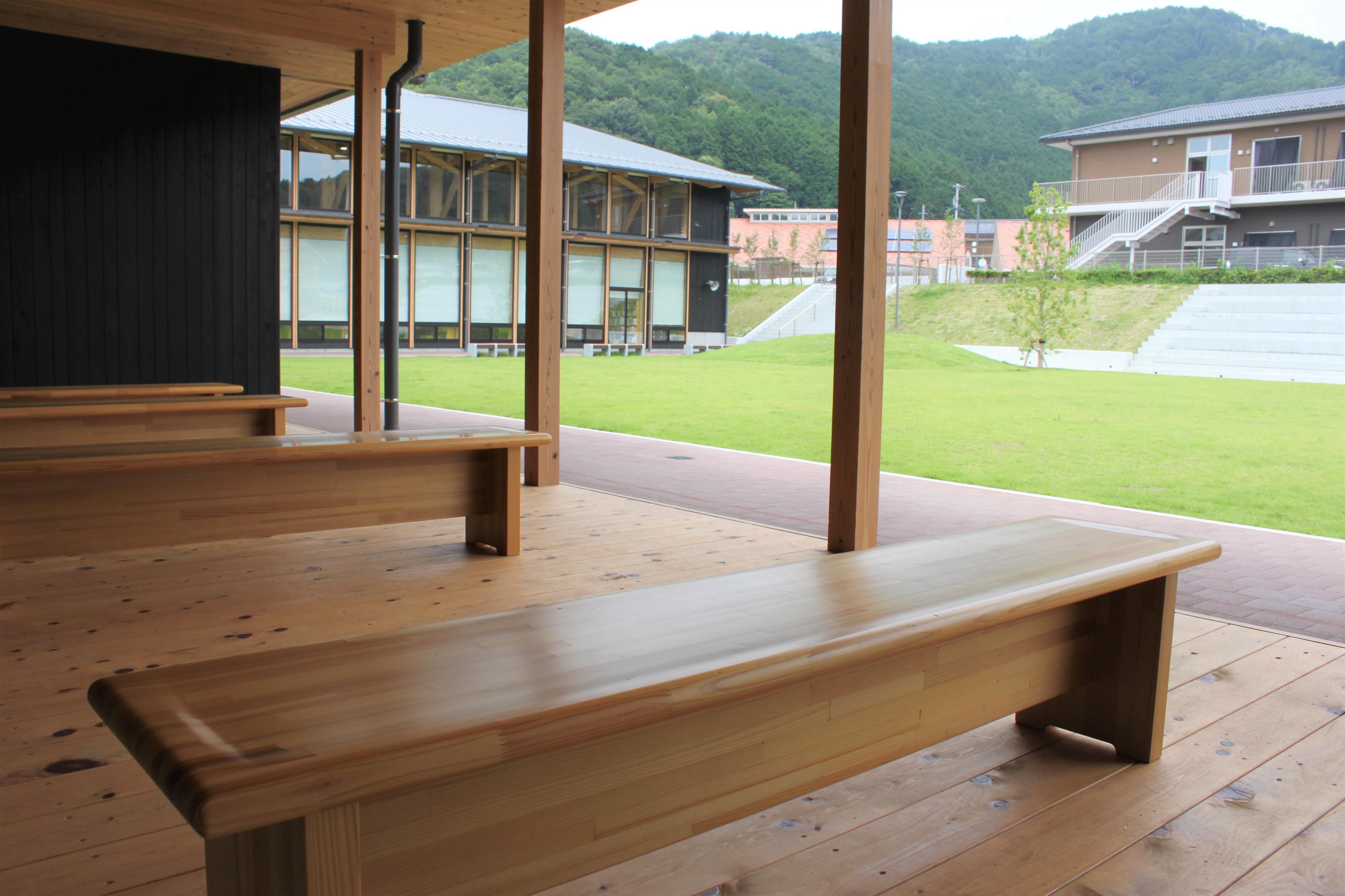 ゆっくり座れるベンチと広い庭