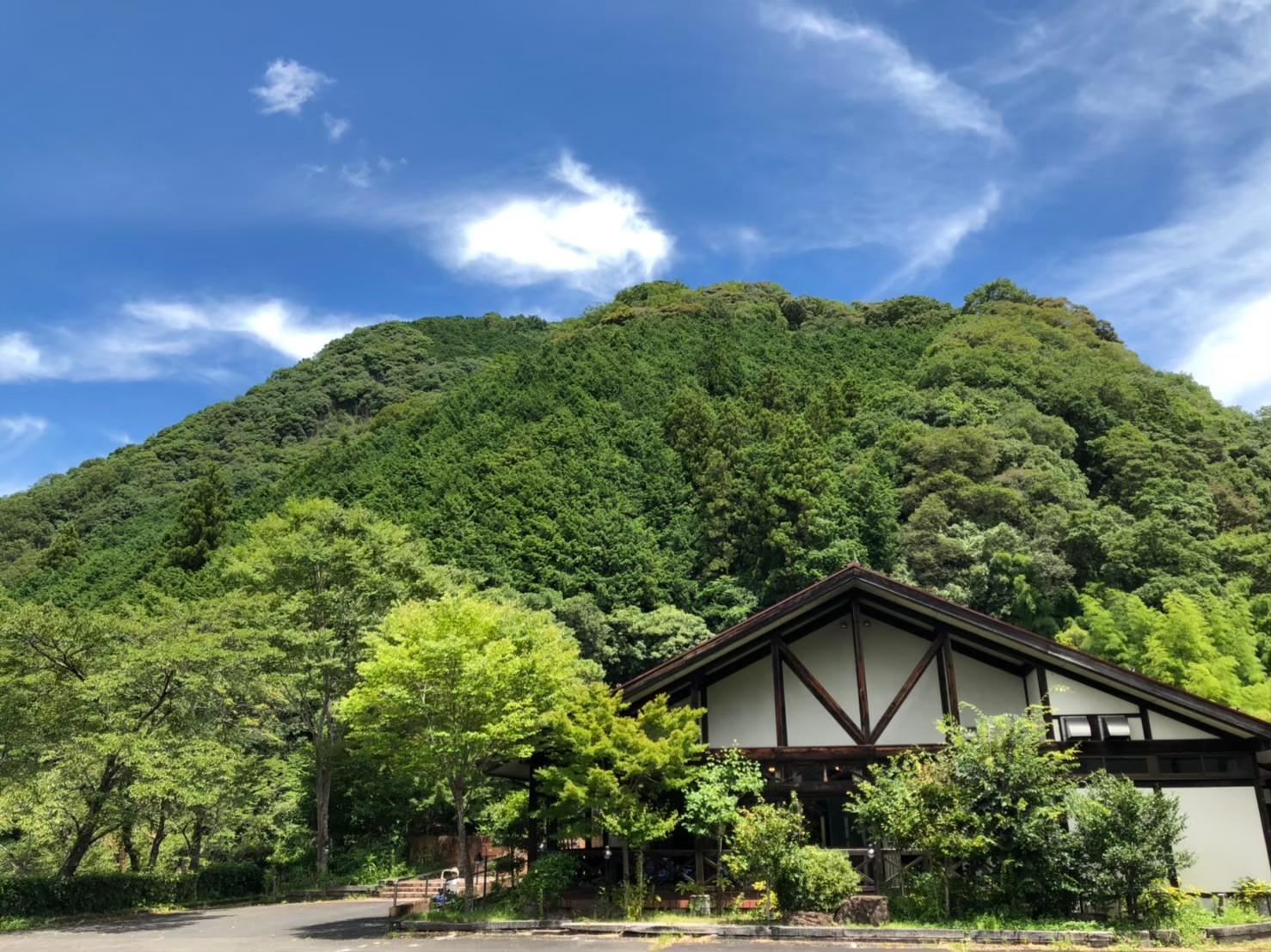 施設外観 小高い場所にあり四方が山に囲まれています